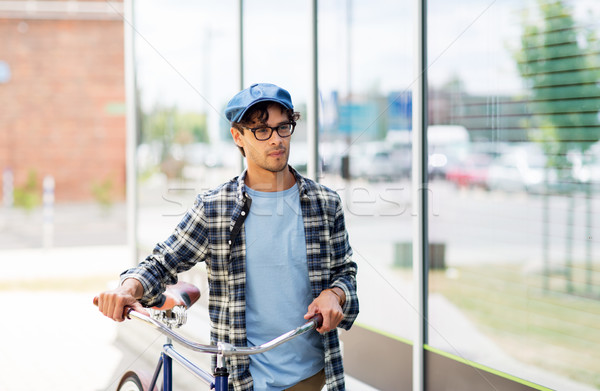 Hipszter férfi sétál fix viselet bicikli Stock fotó © dolgachov