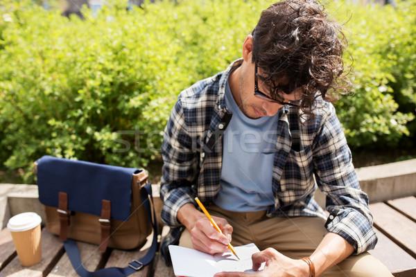 Homme portable journal écrit rue de la ville mode de vie Photo stock © dolgachov