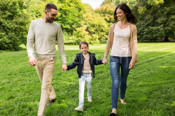 Szczęśliwą rodzinę spaceru lata parku rodziny rodzicielstwo Zdjęcia stock © dolgachov