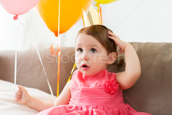 Feliz menina coroa festa de aniversário casa infância Foto stock © dolgachov
