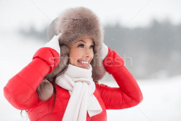 Stockfoto: Gelukkig · glimlachende · vrouw · winter · bont · hoed · buitenshuis