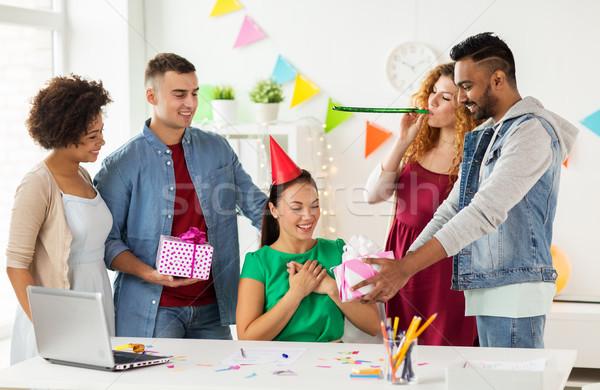 Equipe saudação colega escritório festa de aniversário corporativo Foto stock © dolgachov