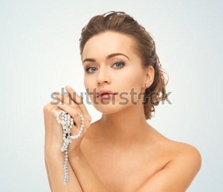 Nő visel gyöngy nyaklánc szépség ékszerek Stock fotó © dolgachov