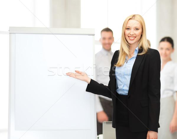 Imprenditrice lavagna a fogli mobili ufficio riunione istruzione donna Foto d'archivio © dolgachov