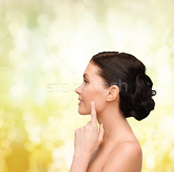 Glimlachend jonge vrouw wijzend wang gezondheid Stockfoto © dolgachov