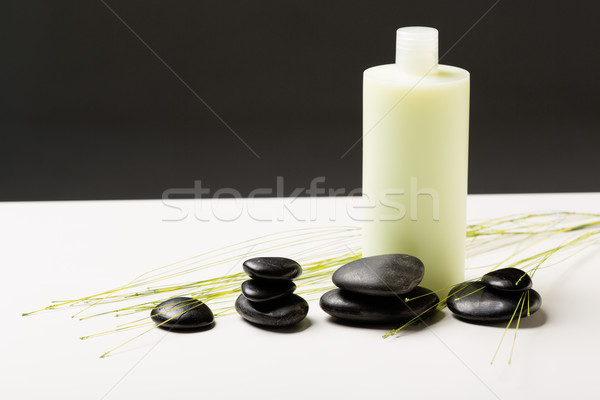 Shampoo bottiglia massaggio pietre verde impianto Foto d'archivio © dolgachov