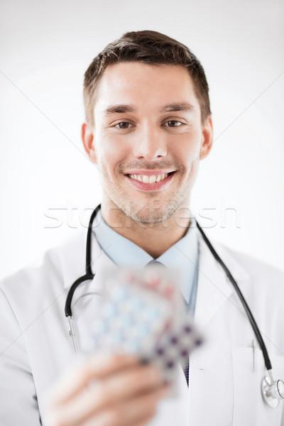 Giovani medico di sesso maschile pillole sanitaria medici uomo Foto d'archivio © dolgachov