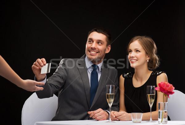 Souriant couple payer dîner carte de crédit restaurant Photo stock © dolgachov