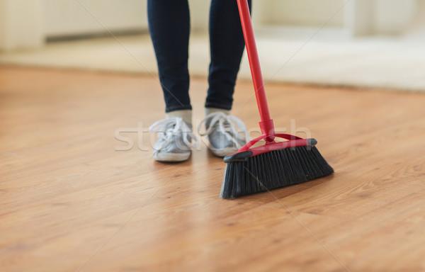 Vrouw benen bezem vloer mensen Stockfoto © dolgachov