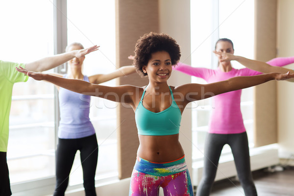 Grup gülen insanlar dans spor salonu stüdyo Stok fotoğraf © dolgachov