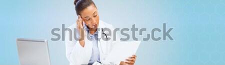Stockfoto: Vrouwelijke · arts · laptop · pc · naar · papier