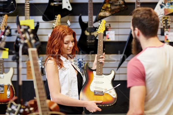 Assistente cliente chitarra musica store Foto d'archivio © dolgachov