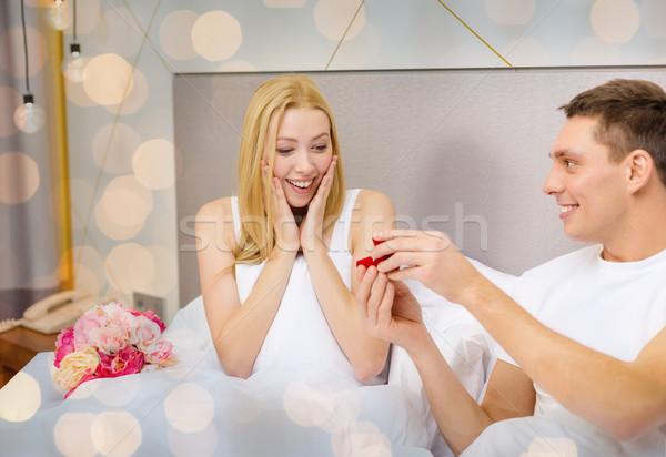 Felice uomo donna diamante anello di fidanzamento amore Foto d'archivio © dolgachov