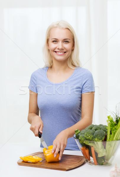 Mosolyog fiatal nő tapsolás zöldségek otthon egészséges étkezés Stock fotó © dolgachov