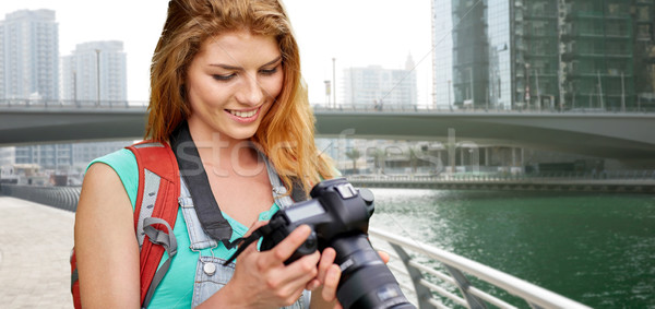 Vrouw rugzak camera Dubai stad avontuur Stockfoto © dolgachov