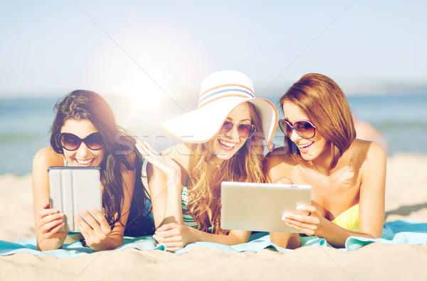 Ragazze spiaggia estate vacanze tecnologia Foto d'archivio © dolgachov