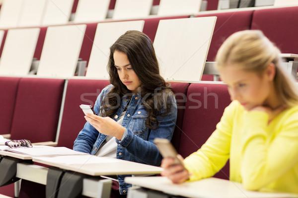 Estudante meninas smartphones palestra educação escola secundária Foto stock © dolgachov