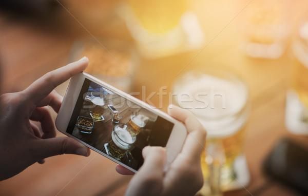 手 スマートフォン ビール 人 技術 ストックフォト © dolgachov