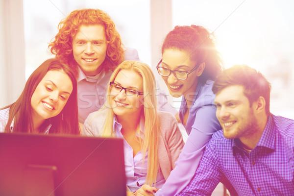 Uśmiechnięty zespół firmy patrząc monitor komputerowy działalności biuro Zdjęcia stock © dolgachov