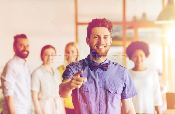 Feliz hombre senalando dedo oficina equipo Foto stock © dolgachov
