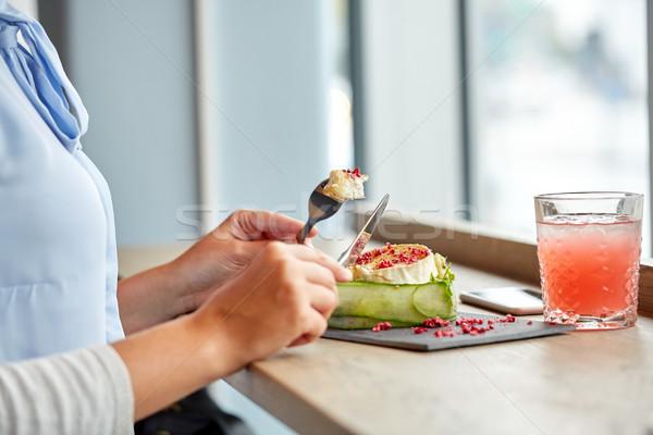 женщину еды Сыр из козьего молока Салат кулинарный Сток-фото © dolgachov
