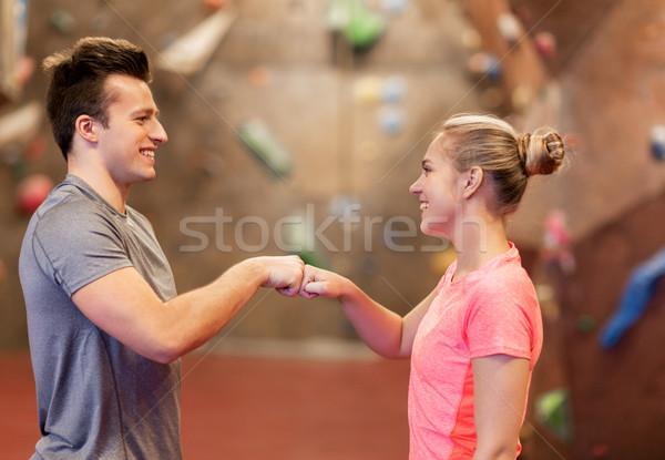 Man vrouw klimmen gymnasium Stockfoto © dolgachov