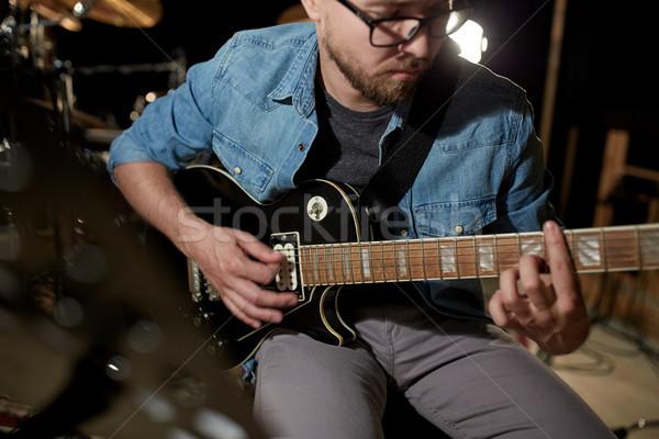 Férfi játszik gitár stúdió próba zene Stock fotó © dolgachov