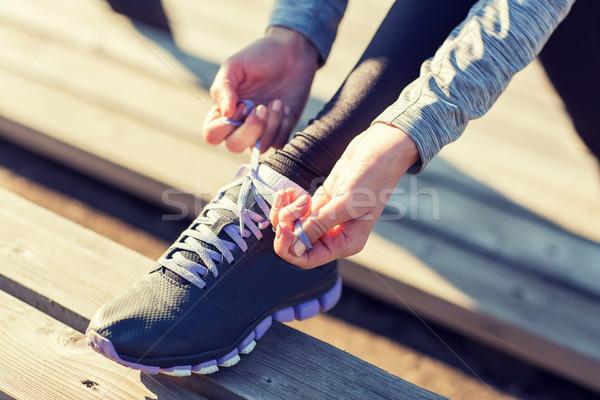 Vrouw schoenveters buitenshuis fitness Stockfoto © dolgachov