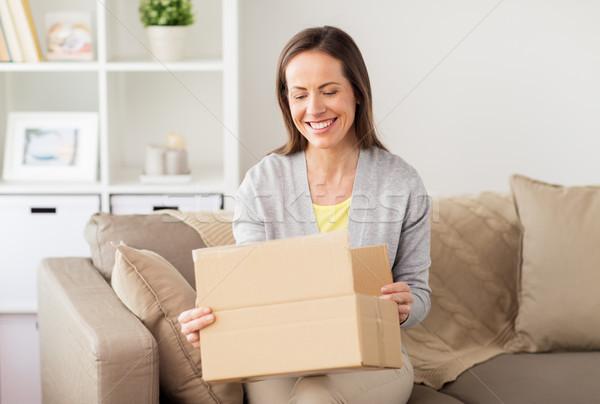 Donna sorridente apertura consegna mail persone Foto d'archivio © dolgachov