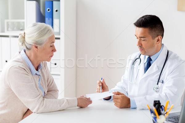 Vrouw arts recept kliniek geneeskunde leeftijd Stockfoto © dolgachov