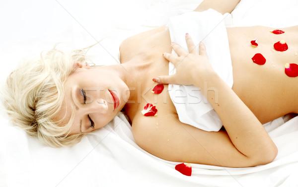 Blond rozenblaadjes spa ontspannen steeg gelukkig Stockfoto © dolgachov