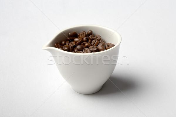 Cup completo chicchi di caffè bianco porcellana caffè Foto d'archivio © dolgachov