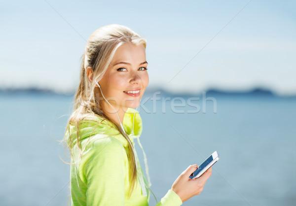 Foto stock: Mulher · ouvir · música · ao · ar · livre · fitness · estilo · de · vida · esportes
