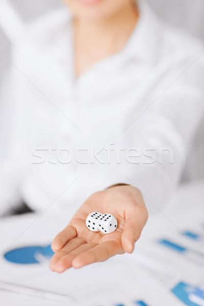 Foto stock: Homem · mãos · jogos · de · azar · assinatura · contrato · negócio