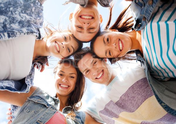 Gruppo adolescenti guardando verso il basso estate vacanze adolescente Foto d'archivio © dolgachov