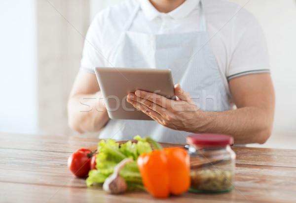 Primer plano hombre lectura receta cocina Foto stock © dolgachov
