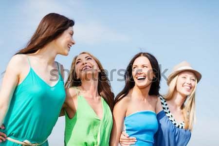 группа улыбаясь женщины пляж Летние каникулы Сток-фото © dolgachov