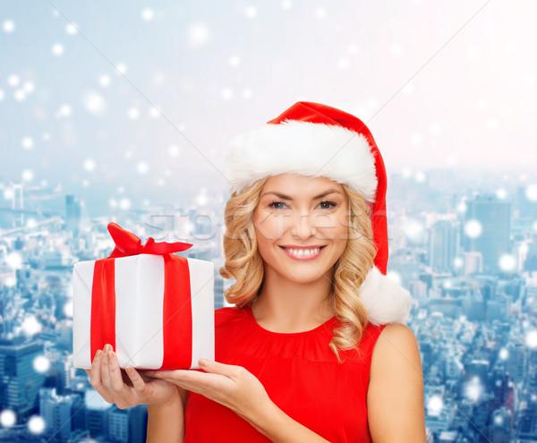 Gülümseyen kadın yardımcı şapka hediye kutusu Noel Stok fotoğraf © dolgachov