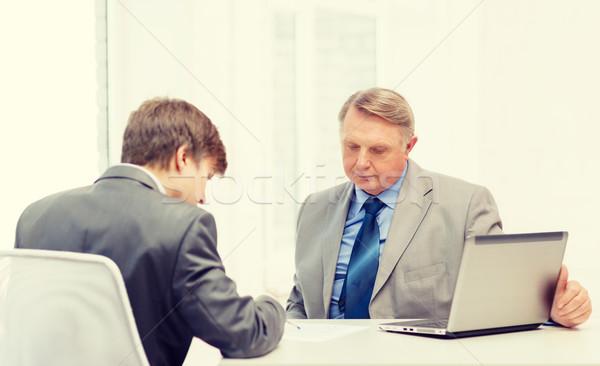 старший человека молодым человеком подписания документы служба Сток-фото © dolgachov