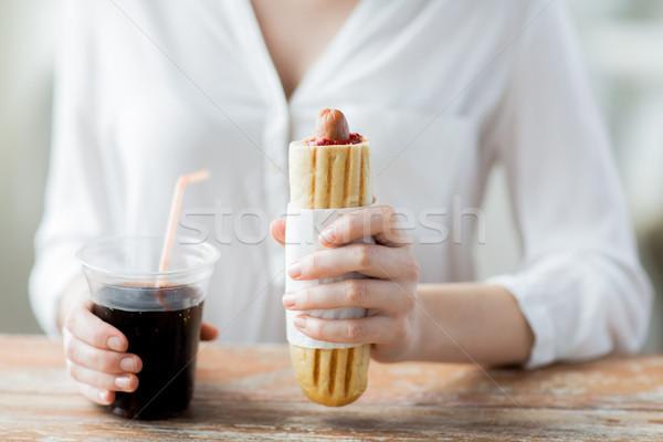 Kadın sosisli sandviç coca cola içmek fast-food Stok fotoğraf © dolgachov