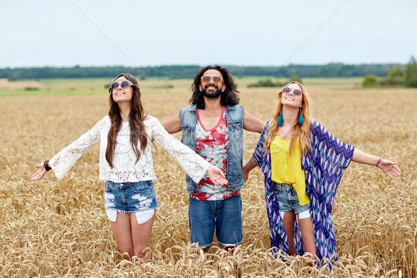 Gülen genç hippi arkadaşlar tahıl alan Stok fotoğraf © dolgachov