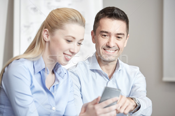 Sorridente smartphones escritório pessoas de negócios tecnologia Foto stock © dolgachov