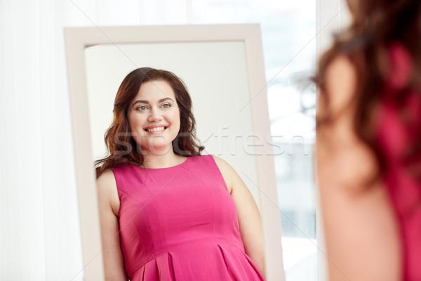 Szczęśliwy plus size kobieta stwarzające domu lustra Zdjęcia stock © dolgachov