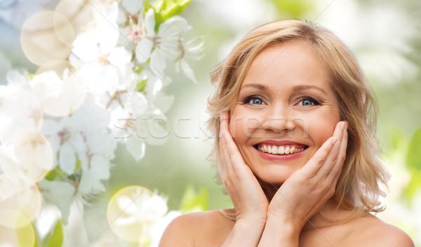 Mujer sonriente desnudo espalda tocar cara belleza Foto stock © dolgachov