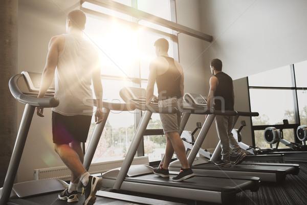 Férfiak testmozgás futópad tornaterem sport fitnessz Stock fotó © dolgachov