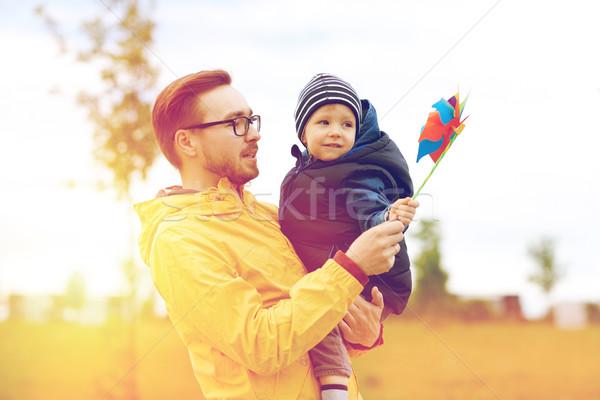 Szczęśliwy syn ojca zabawki odkryty rodziny dzieciństwo Zdjęcia stock © dolgachov