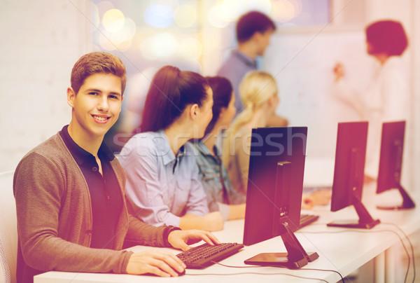 Öğrenciler bilgisayar monitörü okul eğitim Internet grup Stok fotoğraf © dolgachov