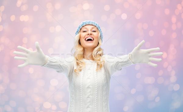 Mutlu genç kadın kış şapka kazak moda Stok fotoğraf © dolgachov