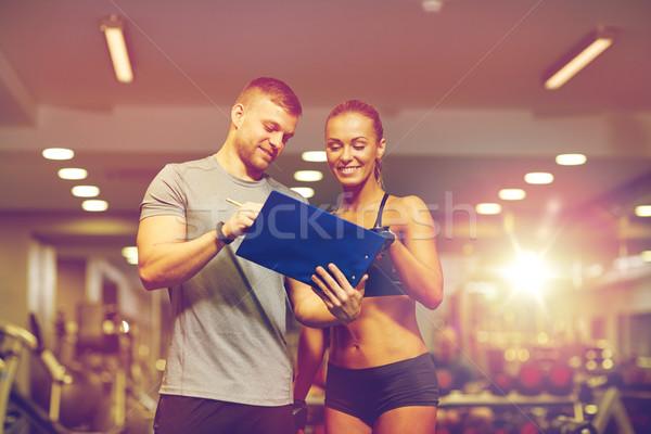 Glimlachend jonge vrouw personal trainer gymnasium fitness sport Stockfoto © dolgachov