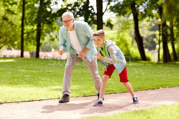 Grootvader kleinzoon racing zomer park familie Stockfoto © dolgachov